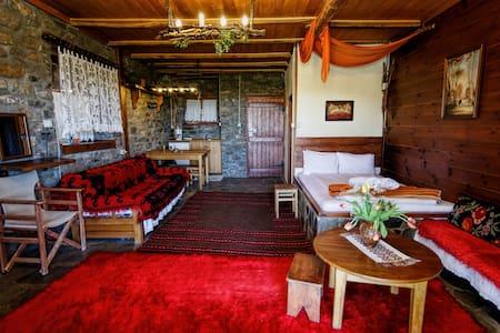 πέτρινα δωμάτια με τζάκι στην καρδιά του βουνού