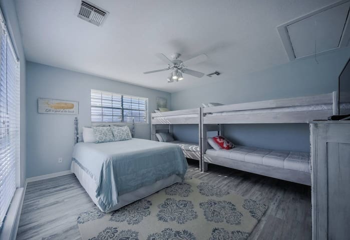 This flexible bedroom has a queen-size bed and two twin-over-twin bunks.
