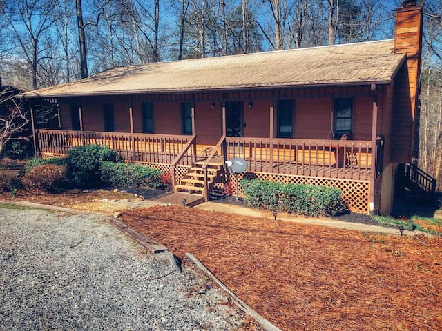 Secluded Cabin in Scenic Downtown Dahlonega!