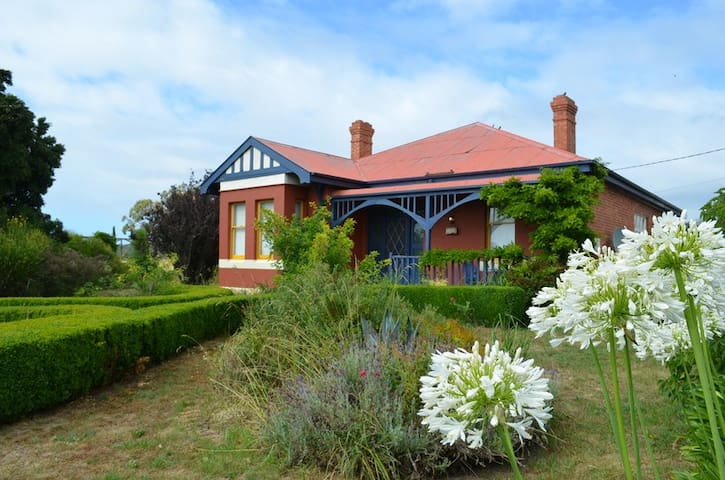 Historic homestead by the sea - Swansea - Casa
