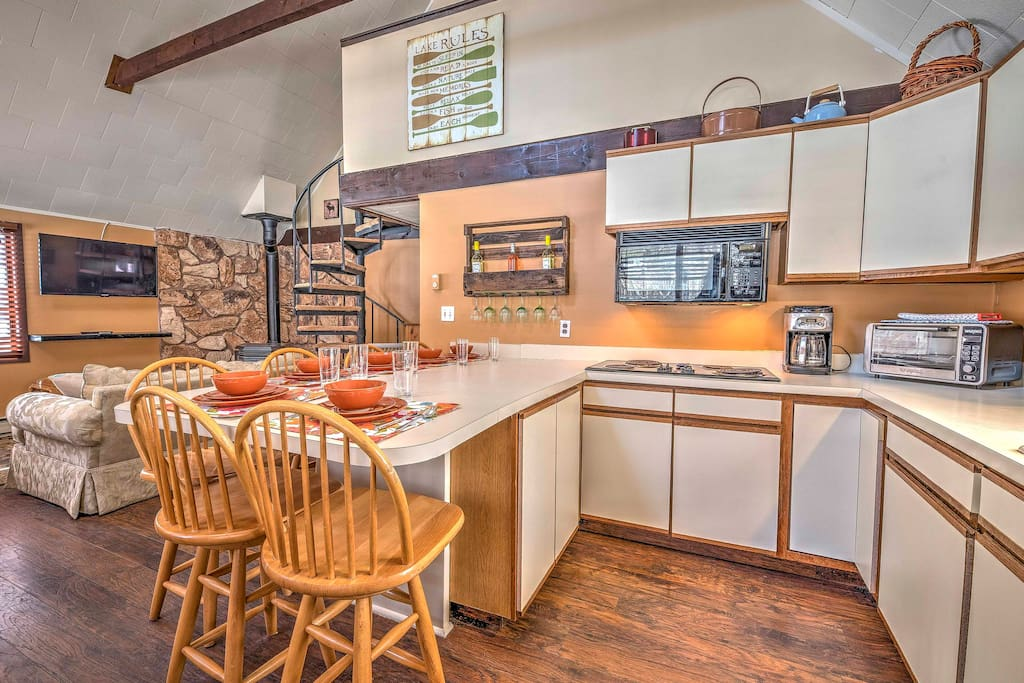 The spacious cottage is ideal for 8 travelers.