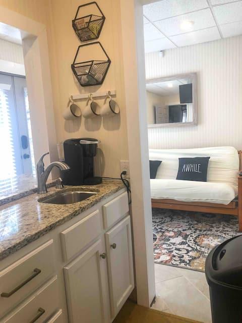 Private Suite: Clean, Quiet, Convenient Location