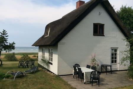 Fiskerhuset direkte på stranden. - Glesborg - Cabaña