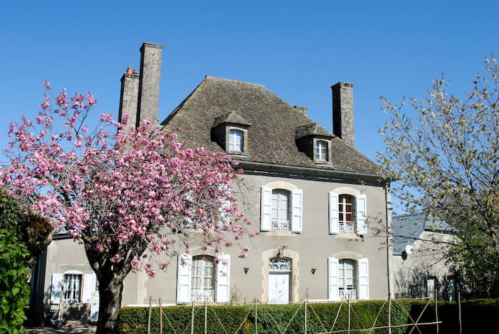 AUX 4 CHEMINÉES - Chambre Capeloune - Ally - Bed & Breakfast