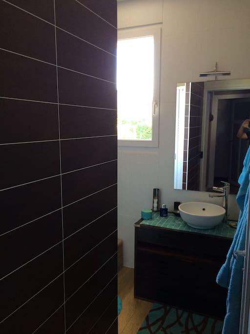 Salle de douches séparées. wc séparés