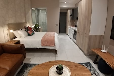 Luxury Studio Apartment - Menlyn Maine Residences