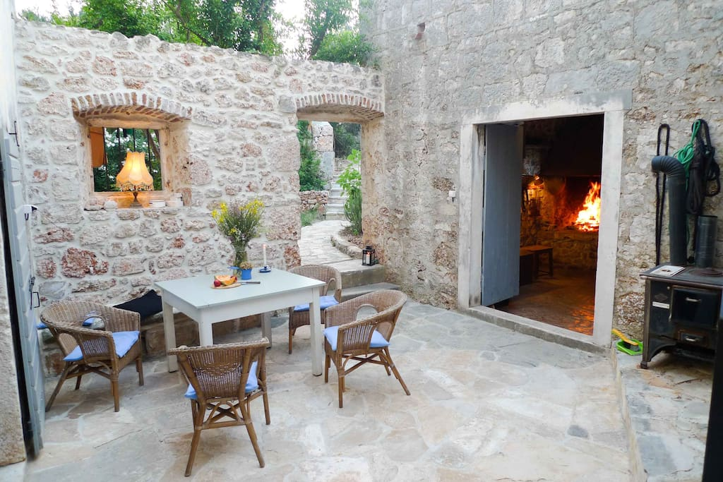 courtyard, garden behind, fire place on the right side