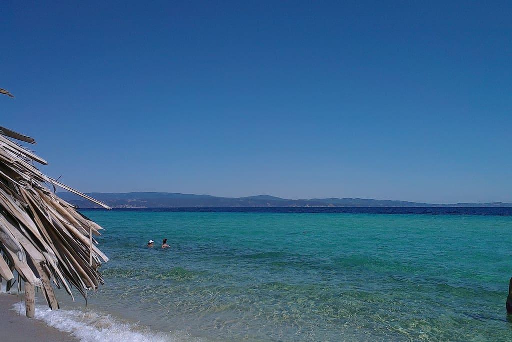 Der goldene Sandstrand ganz in Ormos Panagias