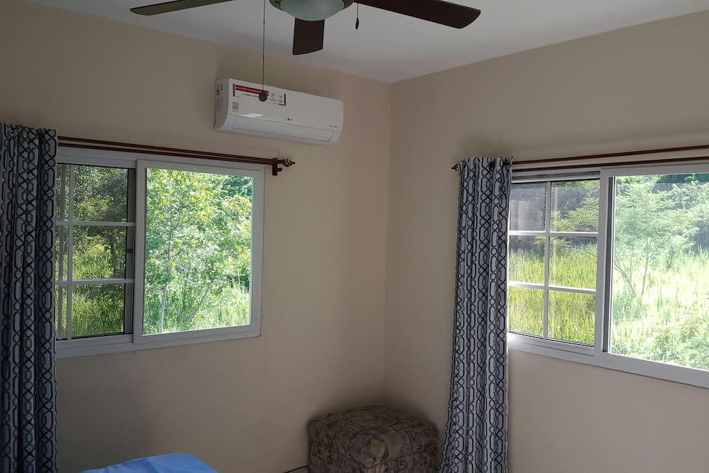 Habitación con mucha luz natural y ventilación.