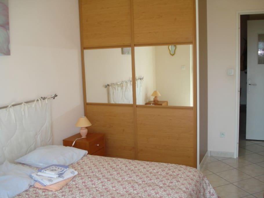 chambre 1 avec lit de 140 vue sur le port