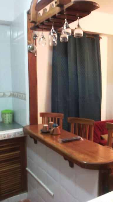 Barra de madera entre la cocina y la sala