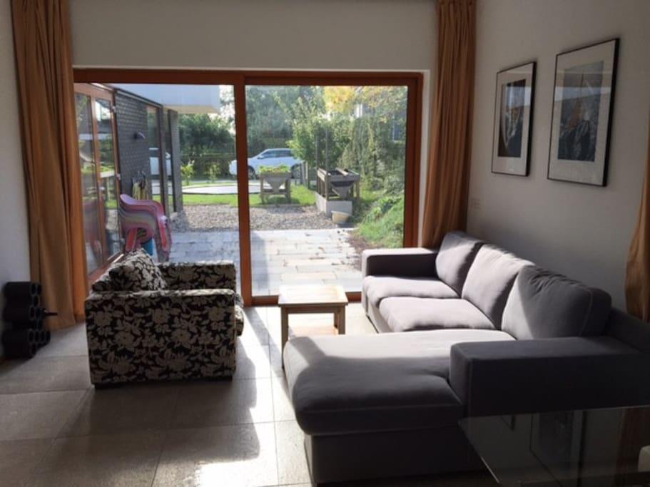 Living met schuifpui en zicht op het terras