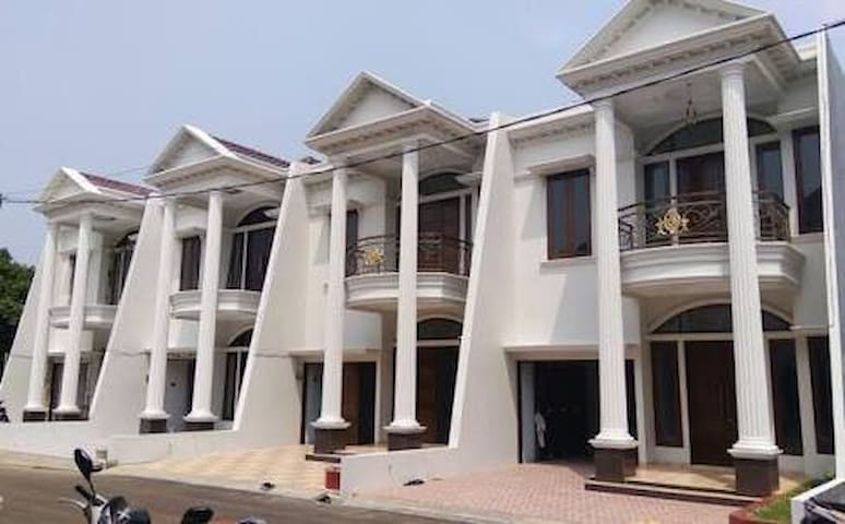 Jagakarsa TownHouse - Quiet place in the city