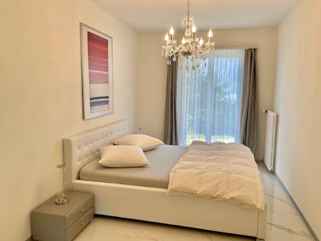 Mittleres Schlafzimmer 1.60 x 200 cm mit direktem Ausgang zum Garten