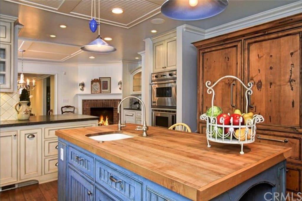 Kitchen island and refrige.