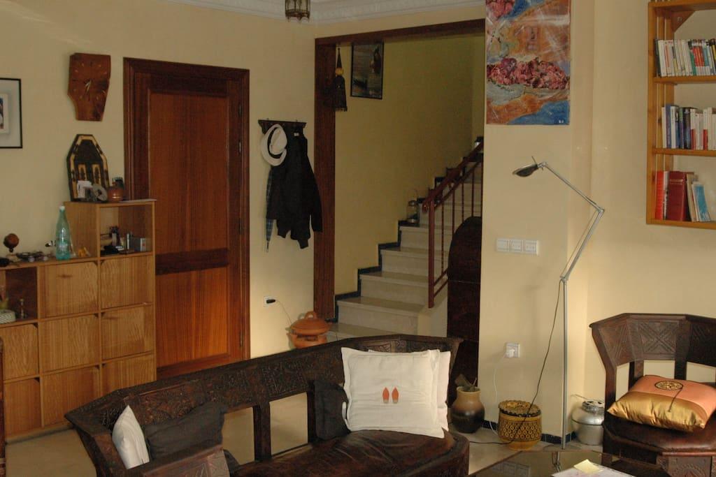 Le salon/salle à manger, avec l'escalier accédant à l'étage