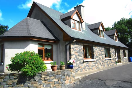 GOLD TRAFFORD-Modern family house - Portumna - Casa