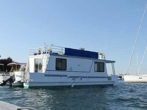Lilypad your floating home in Newport!