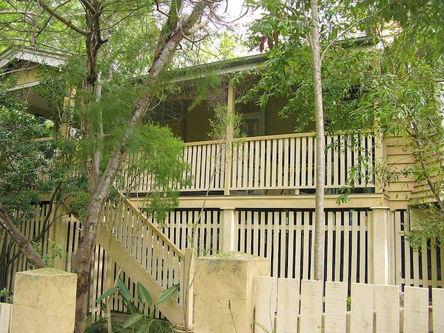 A home to yourself hidden among trees and wildlife - Toowong - Dom
