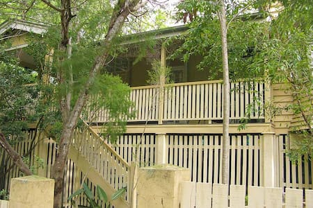 A home to yourself hidden among trees and wildlife - Toowong - Rumah