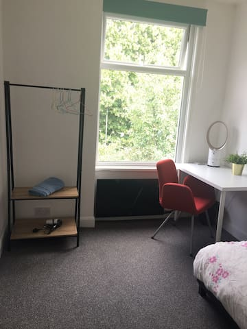 Brand New Private Little Room-5mins walk to Center