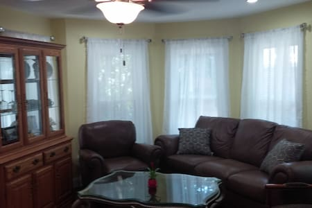 Renovated 2BR Apartment 900+sq ft - Greenport - Apartamento