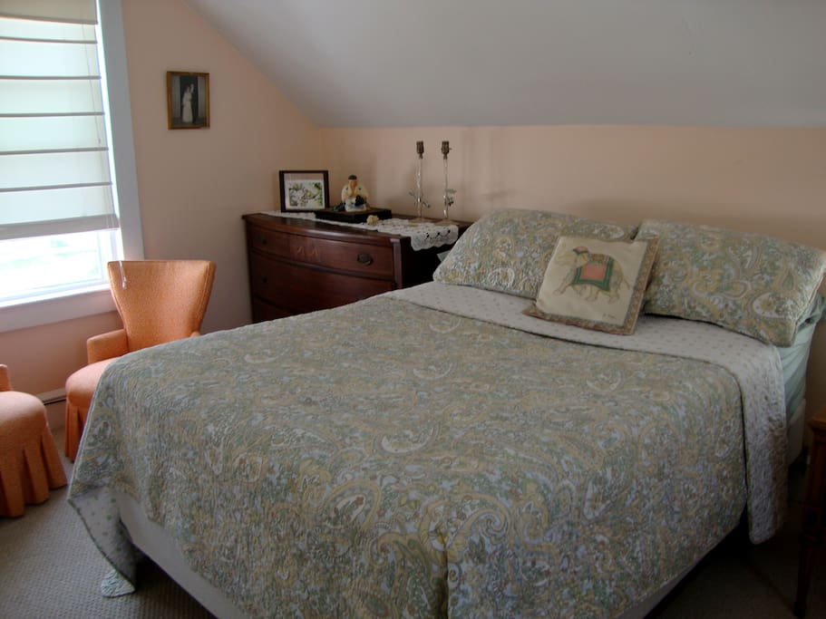 DESIGNER SHEETS, A/C, CABLE TV, WINDOWS ON 4 SIDES OF ROOM FOR GREAT SEA BREEZE, FULL BED