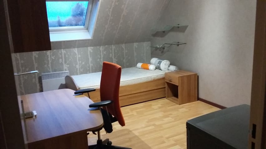 chambre simple dans un appartement douillet