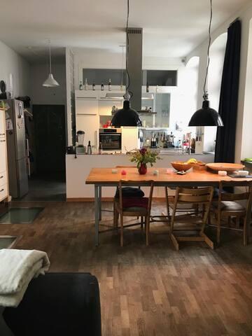 Eingang, offene Küche und Esstisch