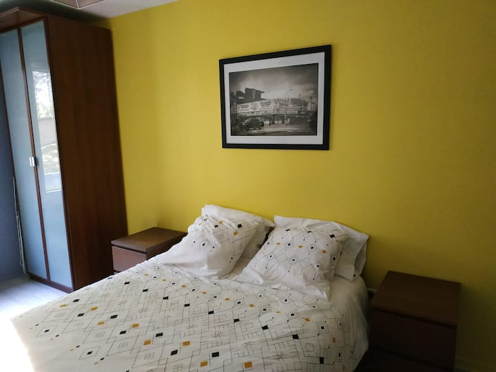 Chambre spacieuse ensoleillée et au calme