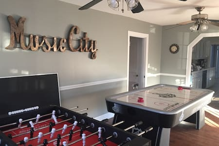 Near Downtown, Hot Tub, 7 Beds/3 Bath, Cute! Safe! - Nashville - Rumah