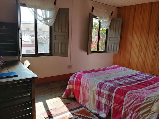 Studio in colonial house, private bthrm & kitchen