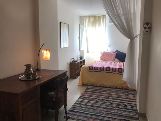 Spacious room, Historic neighborhood near Old City
