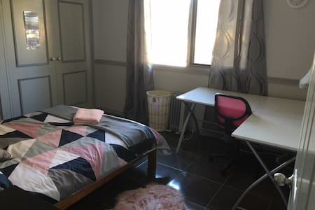 Spacious sunny room with desk - FEMALES only - Kambah