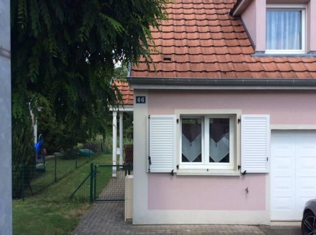 Maison cosy dans quartier résidentiel.