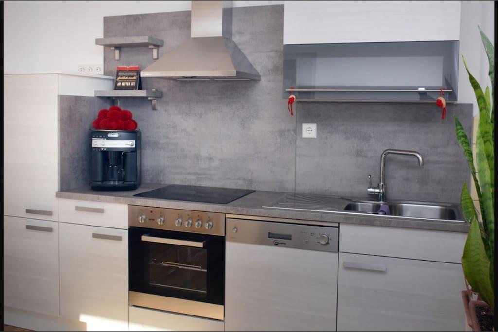 Küchenzeile mit Spülmaschine und Kaffeevollautomat in der Wohnküche