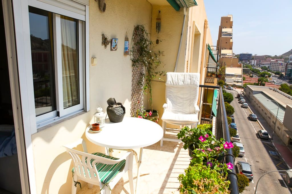 Balcón soleado en invierno, aireado y fresco en verano.