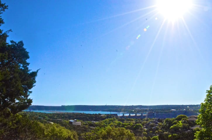 Private romantic getaway 150' above Lake Travis