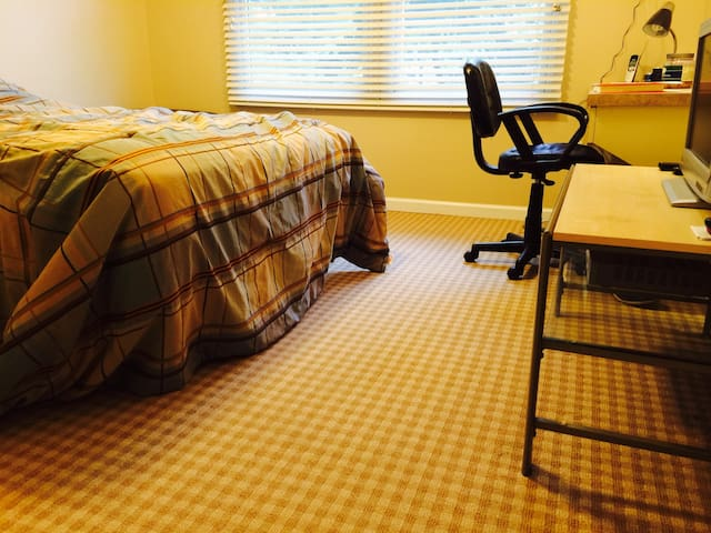 1BR/1 1/2 BA/Quiet/Clean/Tan Room - Springfield Township