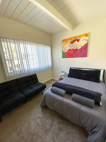 Private Room in Townhome nearby the Beach!