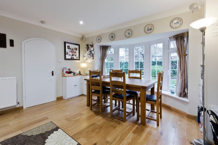 Comfortable, clean, convenient. - Claygate - House