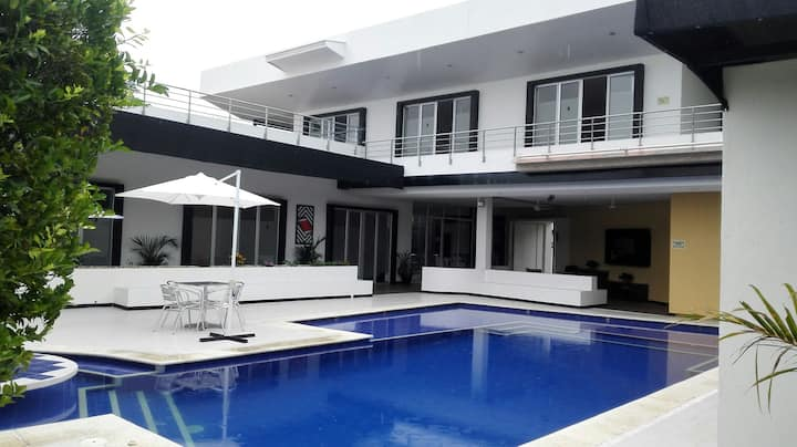 Casa campestre Carmen de Apicalá hasta 30 personas