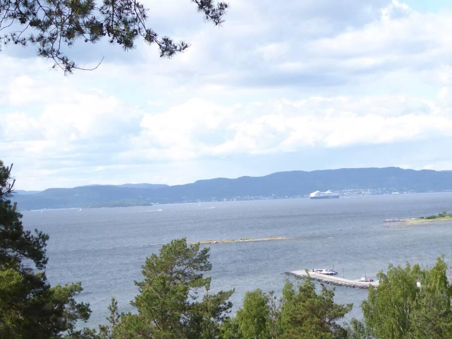 Ca 200 meter å gå ned til moloen hvor det er badebrygge og båthavn.