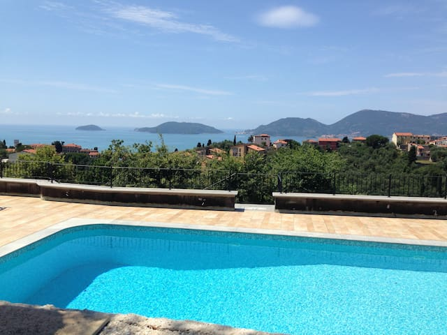 one-bedroom flat in villa with pool - Lerici - Hus