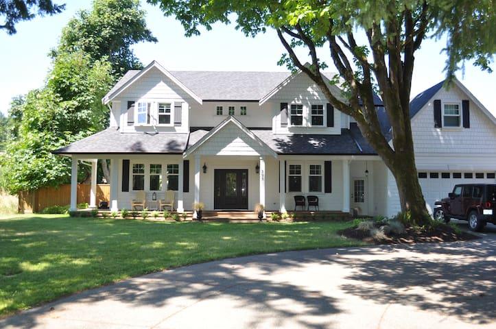 Comox Farmhouse Inspired Retreat - Comox - Haus