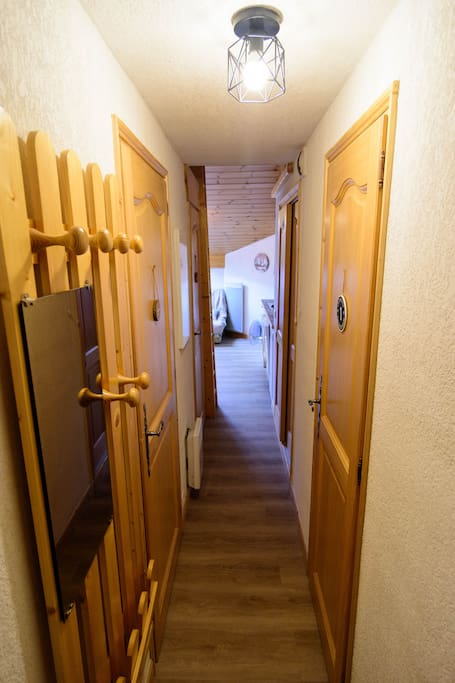 Couloir d'entrée qui dessert 2 chambres, WC et la salle de bain