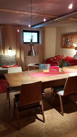 Wohnküche mit Esstisch und 2 Sofas