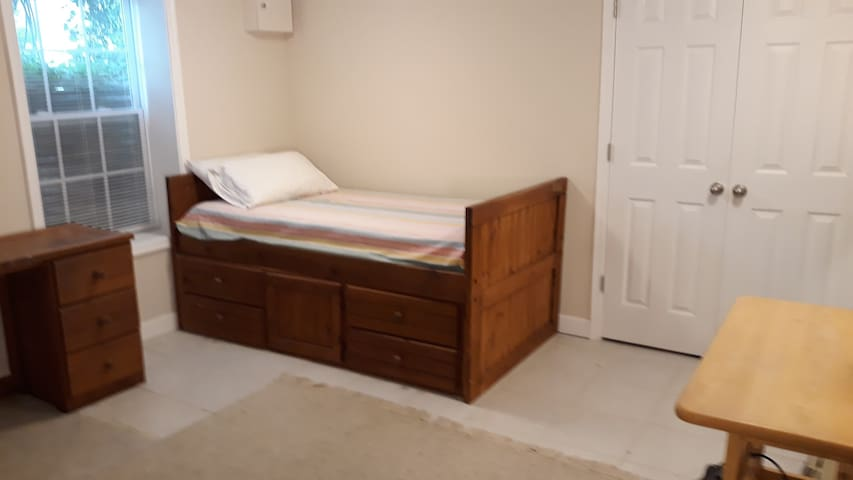 Private bedroom 10 min walk to metro and Downtown