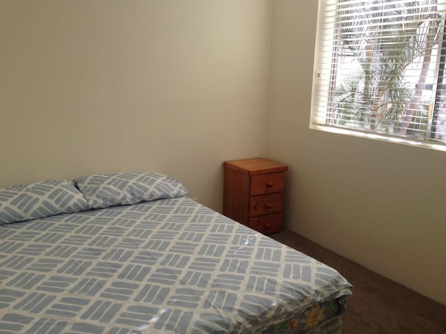 Newly renovated room in a great and handy location - Indooroopilly - Apartemen