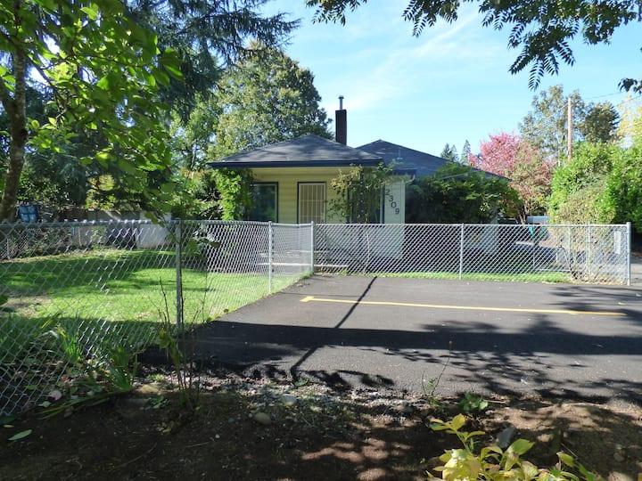 Pet friendly, quiet bungalow 2b1b near Mt. Tabor.
